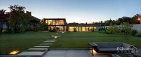 现代化设计的狭长私人豪宅