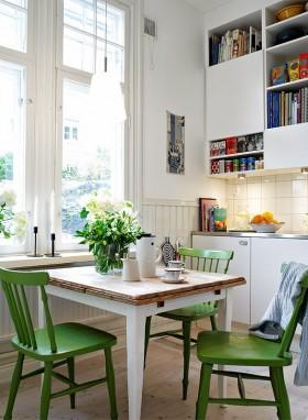 北欧风格的白色精致公寓餐厅设计