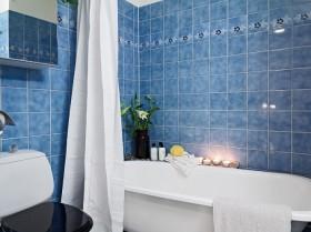 北欧风格的白色精致公寓卫生间浴缸设计
