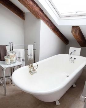 7万打造复式现代家居卫生间阁楼浴缸装修效果图