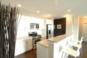 白色简洁的厨房吧台装修效果图
