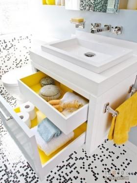 黄白色卫生间装修 黑白相间的马赛克瓷砖装修