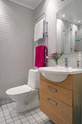 80后小夫妻婚房装修 整洁干净的卫生间瓷砖图片