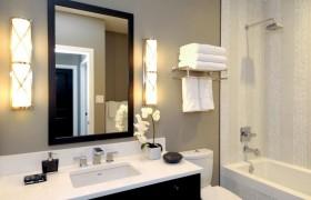 140平三居室卫生间浴缸装修效果图