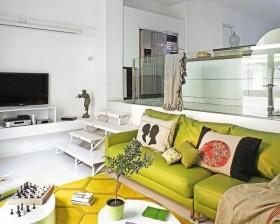 90平小户型白色电视背景装修效果图 深黄色沙发图片