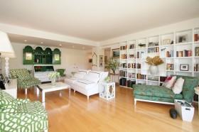 洛杉矶幸福单身公寓 干净清爽的绿色系客厅博古架装修