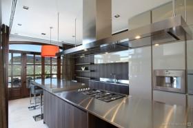 西班牙马略卡岛休闲别墅 金属质感的厨房欣赏