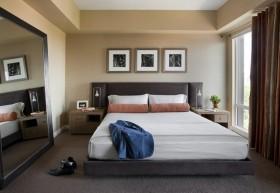 现代风格主卧室装修效果图