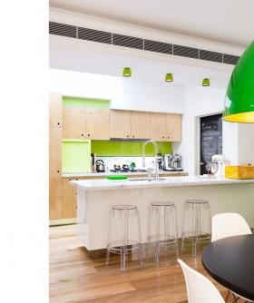 现代简约厨房吧台装修效果图