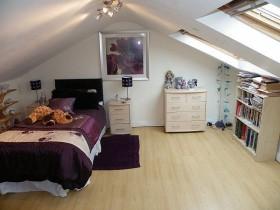 现代风格斜顶阁楼卧室装修效果图