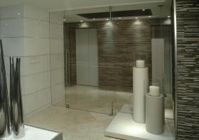 卫生间透明玻璃隔断装修效果图
