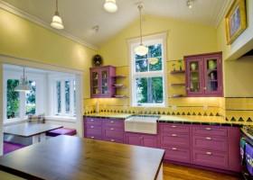 紫色与黄色搭配装饰的厨房吊顶装修效果图