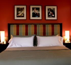 卧室床头柜红色背景墙装修效果图大全