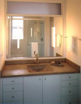 卫生间浅色调浴柜装修效果图