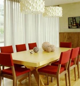 现代风格红色餐厅餐桌吊顶装修效果图