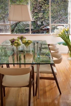 餐厅装修效果图 半透明的玻璃餐桌装饰效果图