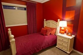婚房小卧室装修效果图 红色窗帘红色背景墙装修效果图