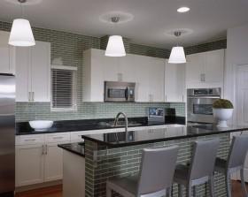 墨绿色瓷砖白色厨房吧台装修效果图