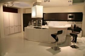 现代半开放式厨房吧台图片