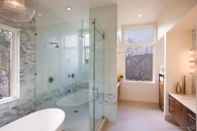 别墅室内卫生间装修效果图  别墅卫生间玻璃隔断效果图