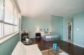现代卧室磨砂玻璃隔断效果图