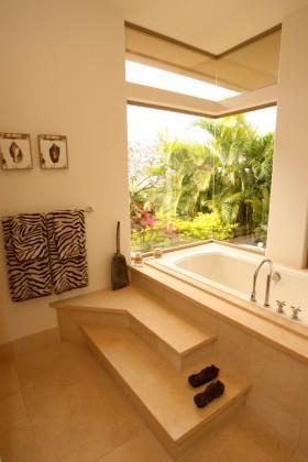 四室两厅房屋卫生间浴缸装修效果图