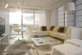 现代客厅阳台玻璃隔断装修效果图