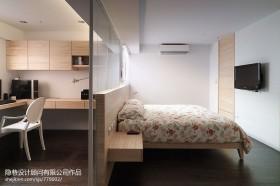 现代主卧室隔断装修效果图