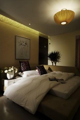 现代简约卧室榻榻米床装修效果图