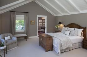 美式斜顶阁楼卧室装修效果图
