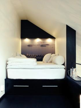 斜顶阁楼小卧室装修效果图片