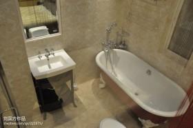 现代简约小卫生间浴缸装修效果图