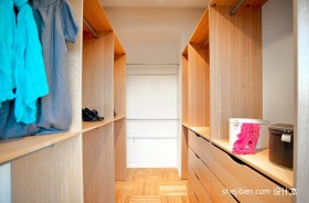 2013现代风格复式楼衣帽间衣柜装修效果图片