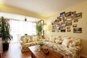 田园风格沙发照片墙装修效果图