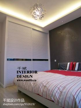 现代风格卧室衣柜装修效果图片
