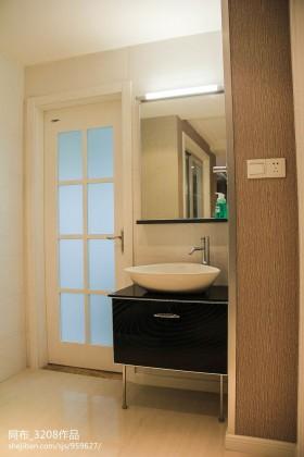 白色简约卫生间门图片