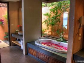 东南亚风格卫生间浴缸装修效果图欣赏