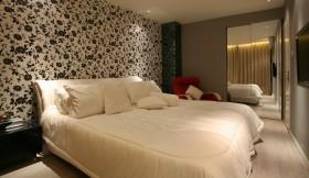 二居卧室床头壁纸图片