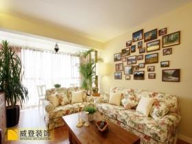 田园风格小户型客厅沙发照片墙效果图
