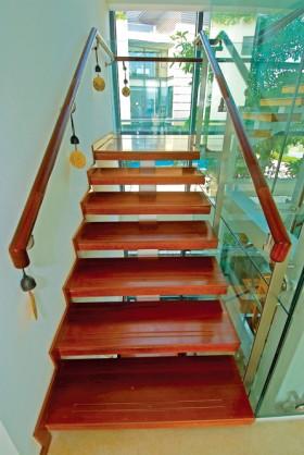 别墅室内实木楼梯效果图片欣赏