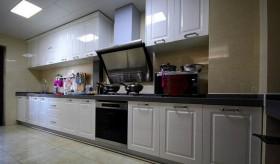 现代三居室白色厨房装修效果图