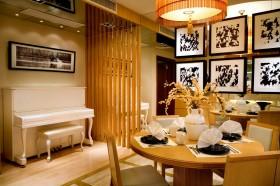 现代风格餐厅墙镜效果图