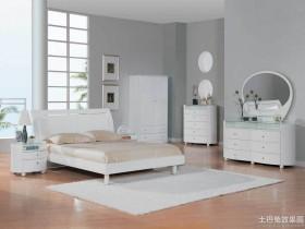 白色家具配地板图片