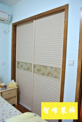 现代风格卧室推拉门衣柜图片