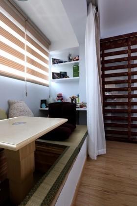 现代风格婚房卧室飘窗榻榻米装修效果图