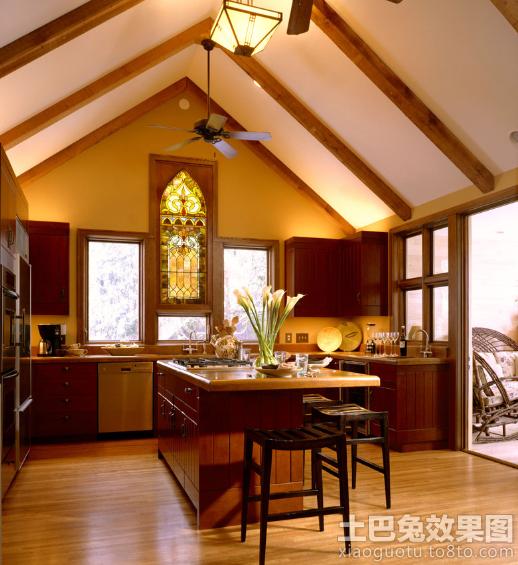 美式风格斜顶厨房吧台装修效果图