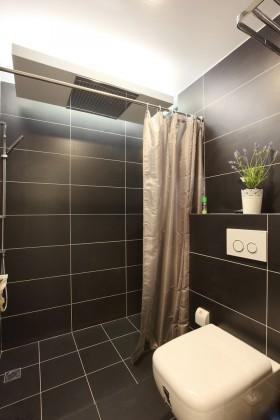 现代温馨两居室卫生间马桶图片