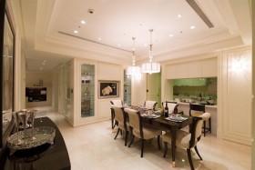 餐厅的壁灯、主灯与柜体採用对称的古典手法铺陈出空间