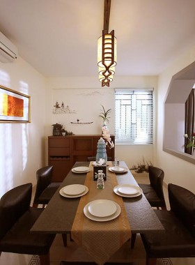 餐厅中,实木的餐桌椅,实木的橱柜。中式风的灯饰,精