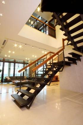 铁件楼梯为公共空间的视觉重点,从原本的水泥梯改为可